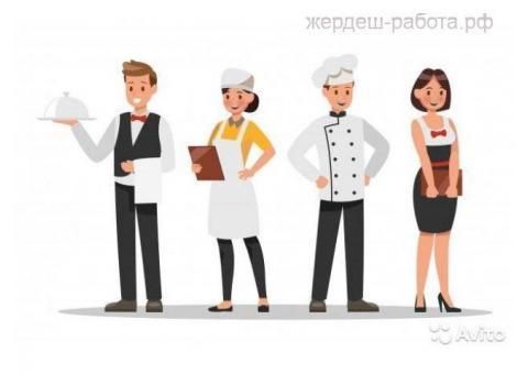 Сотрудник кухни фаст-фуд
